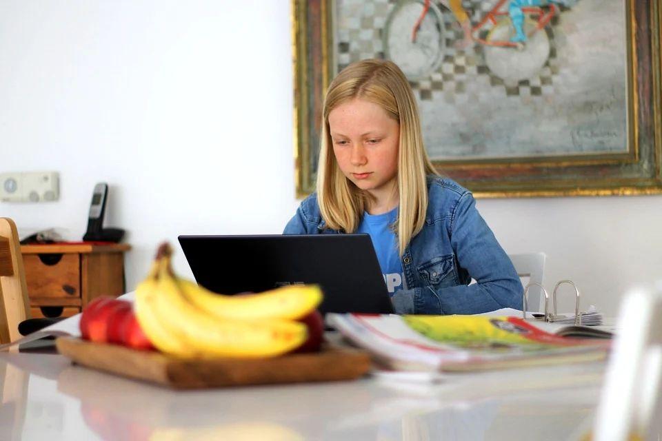 μαθήτρια εξετάσεις υπολογιστής βαθμολογία