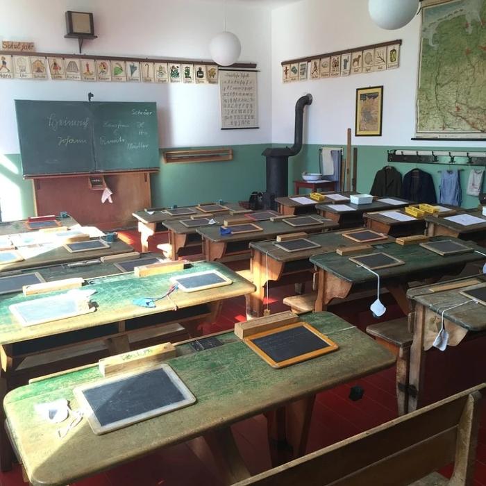 σχολική τάξη, μαυροπίνακας, σχολείο, θρανία, καρέκλες