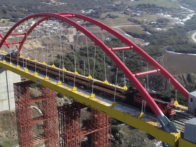 Βίντεο: Τρένα με 800 τόνους σιδηροτροχιές περνούν από γέφυρα που βρίσκεται πάνω σε ενεργό ρήγμα!