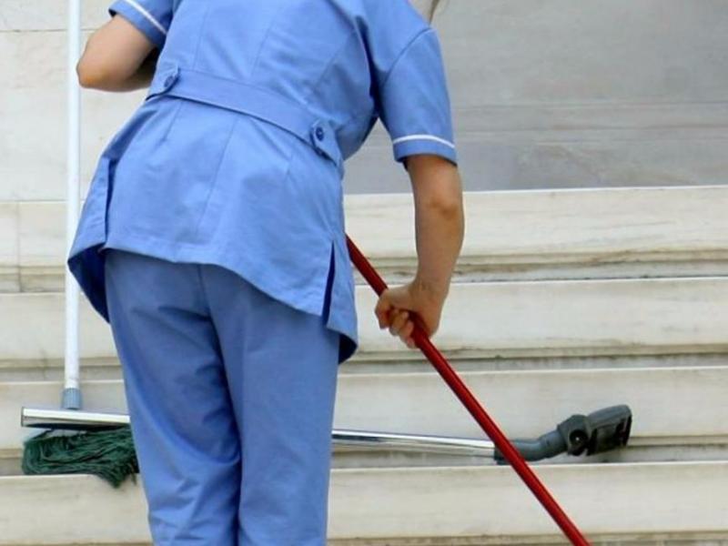 ed9ae81da7 Δημοτικοί υπάλληλοι και όχι οι σχολικές καθαρίστριες θα καθαρίσουν τα  σχολεία μετά τις εκλογές Αύξηση 10% στις αμοιβές των καθαριστών στριών των  σχολείων
