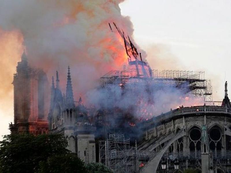 Κατέρρευσε το καμπαναριό της Παναγίας των Παρισίων - Ολοκληρωτική καταστροφή