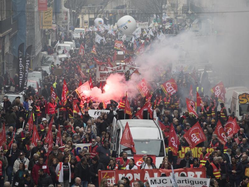 Γαλλία: 13η ημέρα απεργιακών κινητοποιήσεων για το συνταξιοδοτικό - Χιλιάδες στους δρόμους