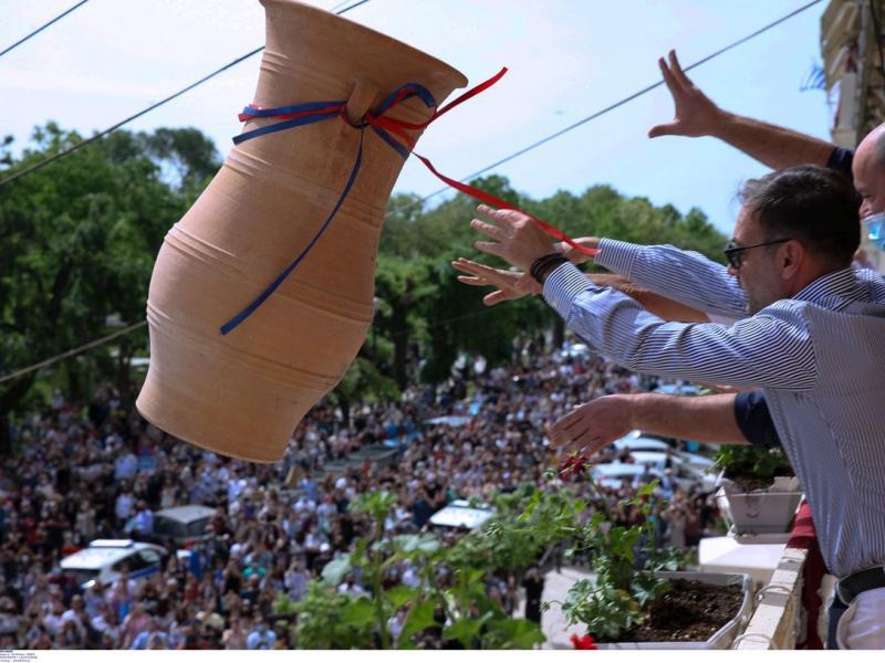 Κέρκυρα: Χιλιάδες «μπότηδες» έπεσαν και φέτος από τα μπαλκόνια