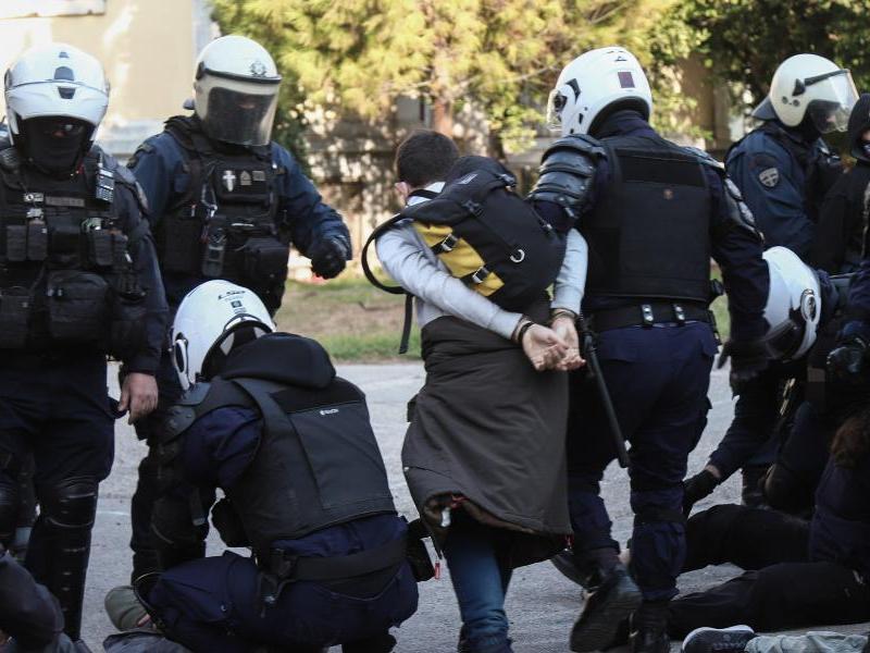 Πολυτεχνείο - Καταγγελία: Αστυνομικοί προσήγαγαν μέχρι και τυχαίους που απλά έτυχε να περνούν
