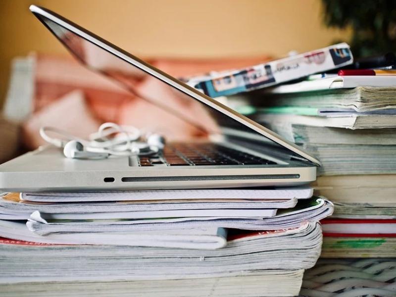 φορητός υπολογιστής βιβλία, τετράδια, τηλεκπαίδευση