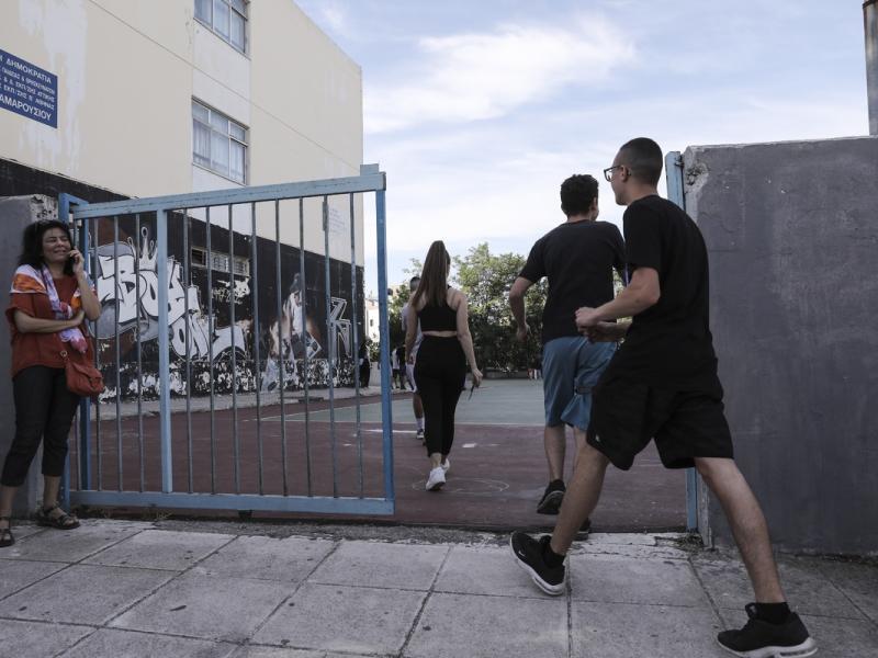 «Ανάκριση μαθητών» από αστυνομικούς μέσα στο σχολείο καταγγέλλει η Ένωση Γονέων Περιστερίου