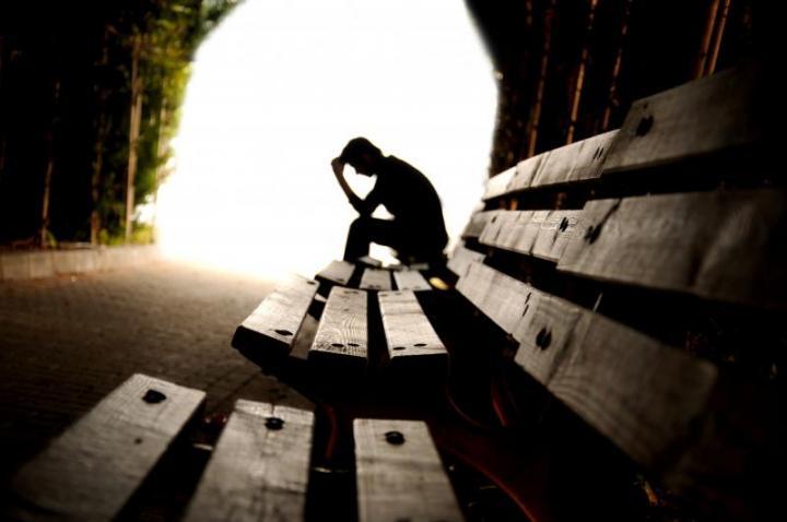 Πώς η οικονομική κρίση οδηγεί τους Έλληνες στην κατάθλιψη