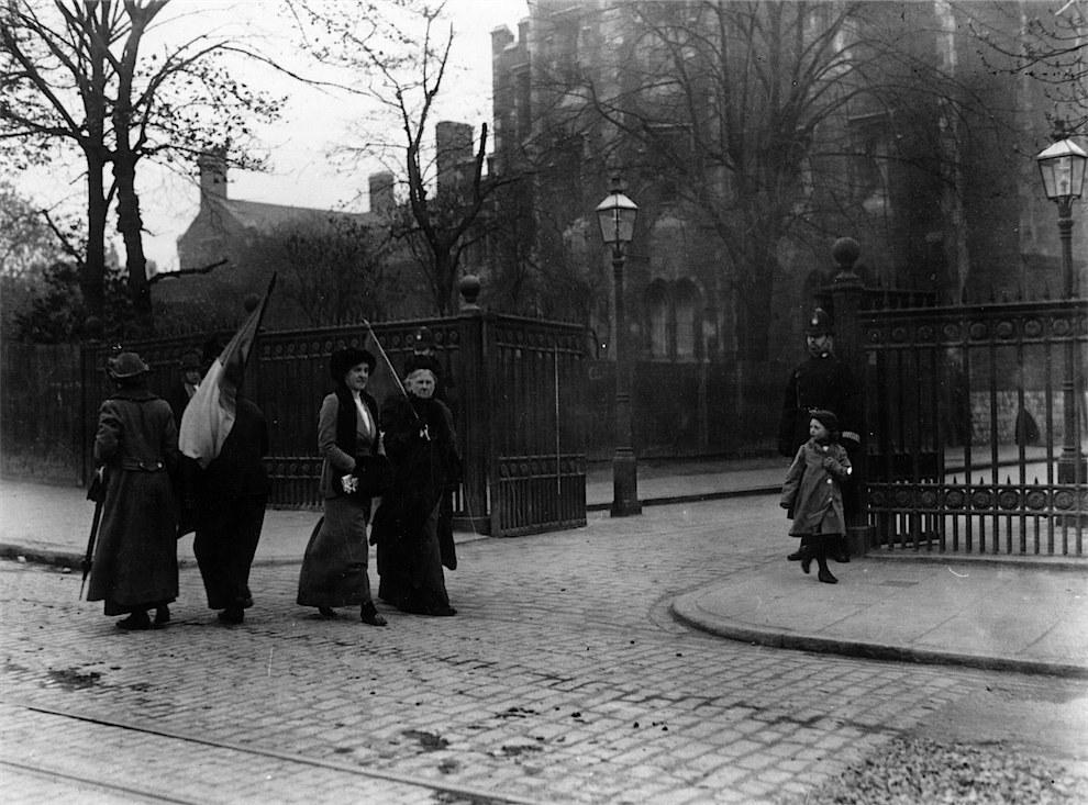 Πικετοφορία από σουφραζέτες έξω από τη φυλακή Holloway στο Λονδίνο ενώ η Έμιλυ Πάνκχερστ βρισκόταν μέσα φυλακισμένη