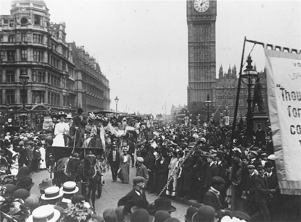 Φυλακισμένες Σουφραζέτες περνάνε μπροστά από το Κοινοβούλιο στο Λονδίνο ύστερα από την αποφυλάκισή τους από τη φυλακή Holloway, Απρίλιος 1909