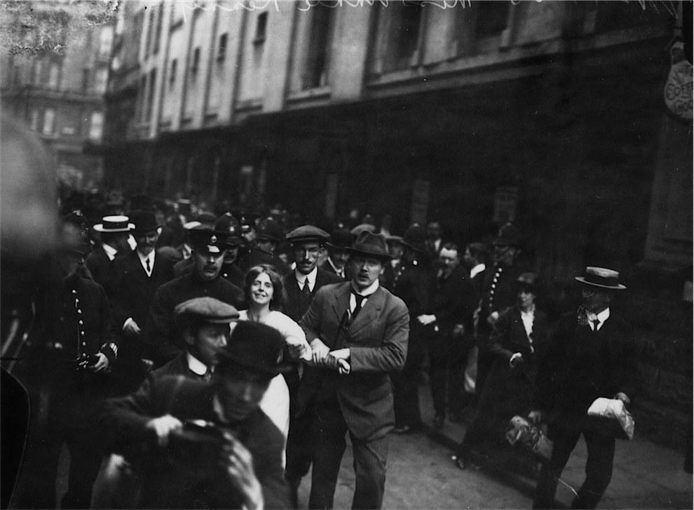 Η Σουφραζέτα Annie Kenney κατά τη σύλληψή της ενώ διαδήλωνε